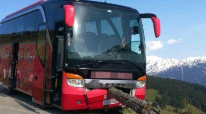 Após motorista desmaiar, passageiro freia ônibus lotado (evitando queda em precipício)