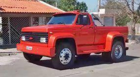Caminhão Chevrolet D12000 é transformado em picape e faz sucesso por onde passa