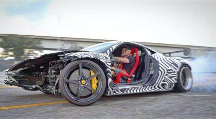Dono dá adeus à sua Ferrari 458 batida (frente destruída e sem as portas) acelerando tudo no drift
