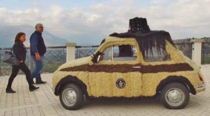Carro Bizarro: um clássico Fiat 500 coberto com 100kg de cabelo humano (que está no Livro dos Recordes)