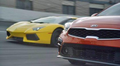 Confronto inusitado (e bem humorado) entre sedã Kia Cerato e Lamborghini Aventador garante boas risadas