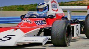 Mika Häkkinen acelera o lendário McLaren M23, carro campeão da F1 de 1974 nas mãos de Emerson Fittipaldi