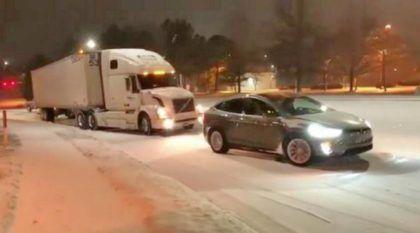 Tesla Model X é flagrado rebocando um caminhão Volvo morro acima durante uma nevasca