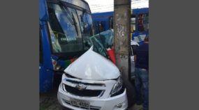 Sorte ou Milagre? Vídeo mostra Cobalt esmagado por Ônibus contra Poste (e o motorista sobreviveu)