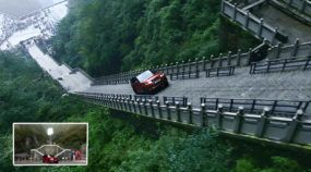 Isso você nunca viu: Range Rover sobe 999 degraus na montanha e chega na