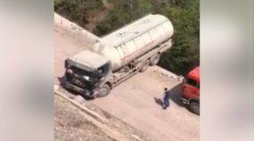 Manobra quase suicida: Vídeo flagra caminhão tanque à beira de severo precipício