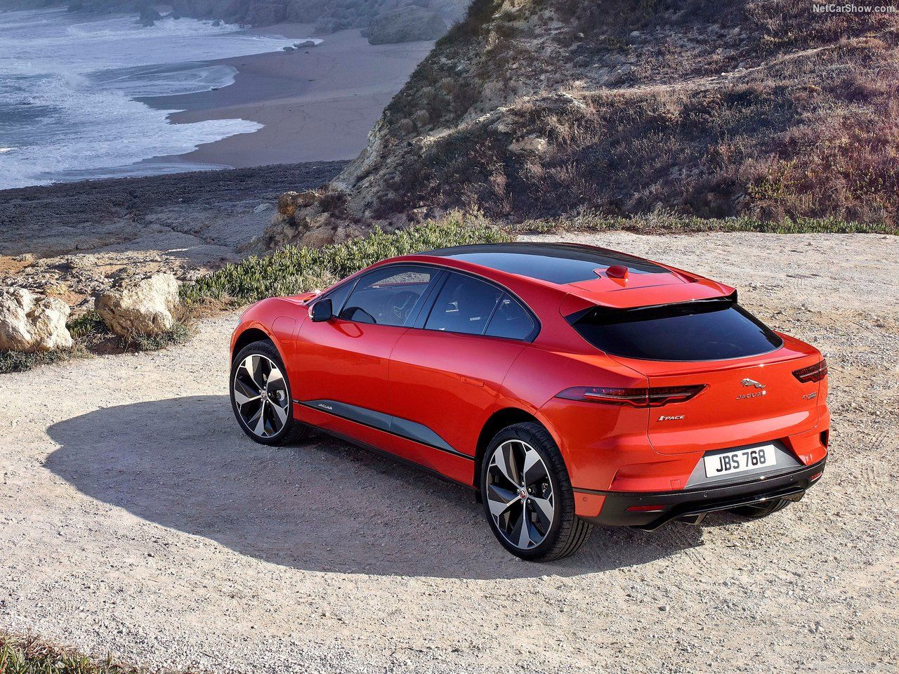 Jaguar I-Pace vermelho parado em uma paisagem