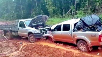 Picape Toyota Hilux acidente em estrada de terra pelo Brasil