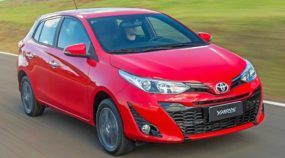 Toyota Yaris Hatch vermelho na estrada
