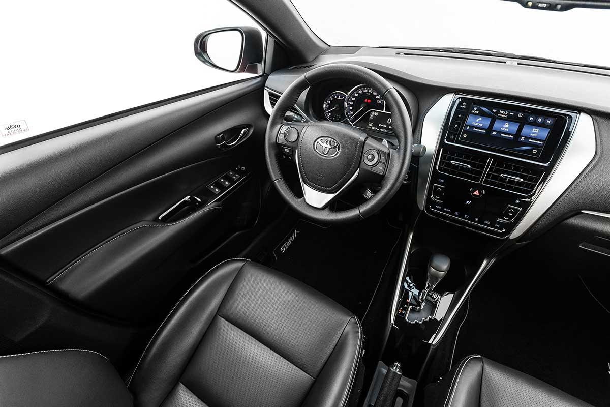 Interior do Toyota Yaris 2019 com volante em couro