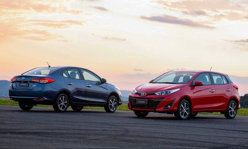Toyota Yaris 2019 hatch e sedan lado a lado