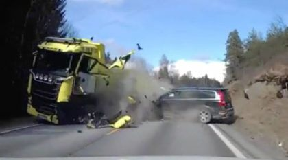 Flagra impressionante: Motorista desse Volvo sai andando após bater de frente em caminhão Scania