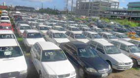 Pátio de leilão de carros com muitos veículos